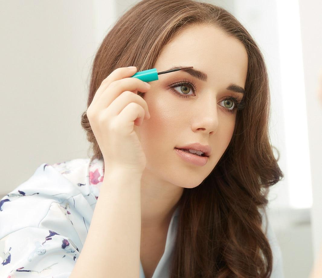 Karissa Bodnar applying eyebrow gel