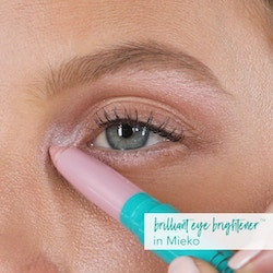 Eye highlighter application with Mieko (Soft Pink Shimmer)